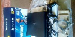 Sony PlayStation 4 Pro 1TB  plus 2x  Ovladače