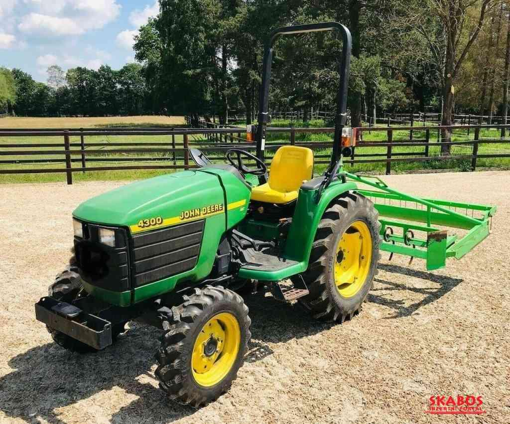 Traktor John Deere 4HST/ 300 (1/4)