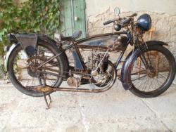 Motocykl Ravat 1926 otevřené ventily.