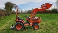 Traktor Kubota B1-w750 / LA0k332 + příslušenství (1632735193/4)