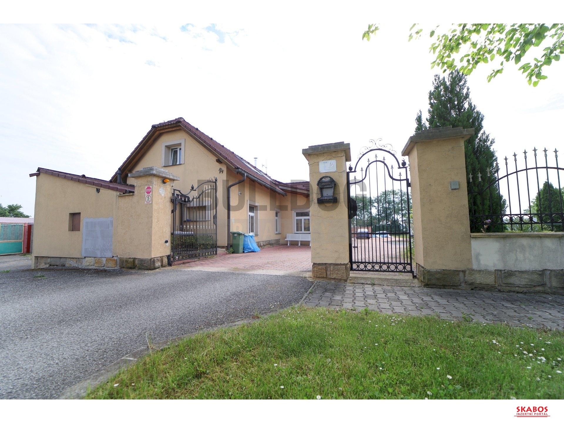 Administrativní objekt - ubytování pro zaměstnance 240 m2, parkování na pozemku, (1/30)